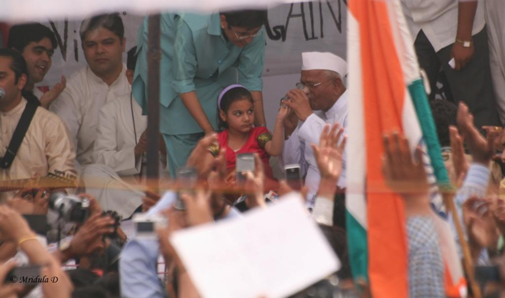 Anna Hazare Breaks his Fast at Jantar Mantar