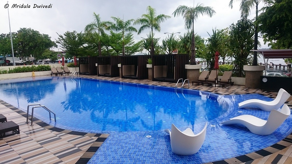 swimming-pool-hyatt-kota-kinabalu