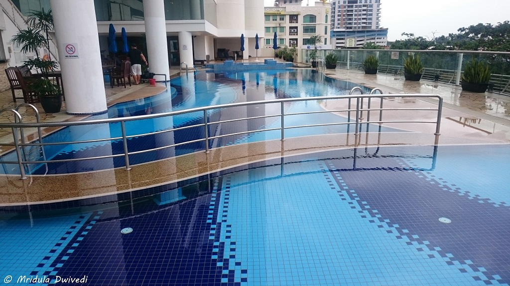 swimming-pool-le-meridien-kk
