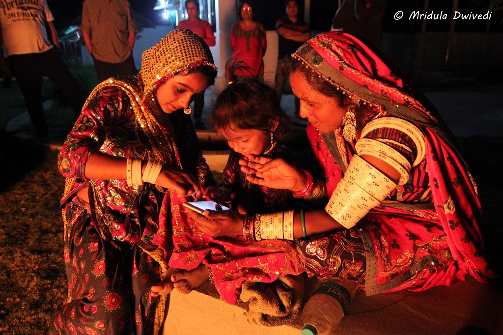 women-cell-phone-gujarat
