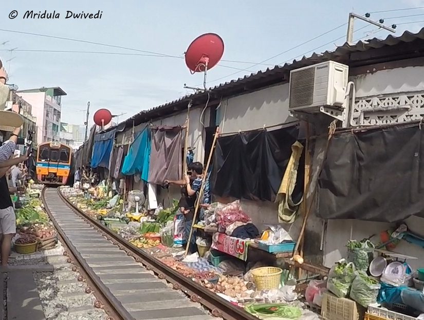 train-maeklong-railway-market