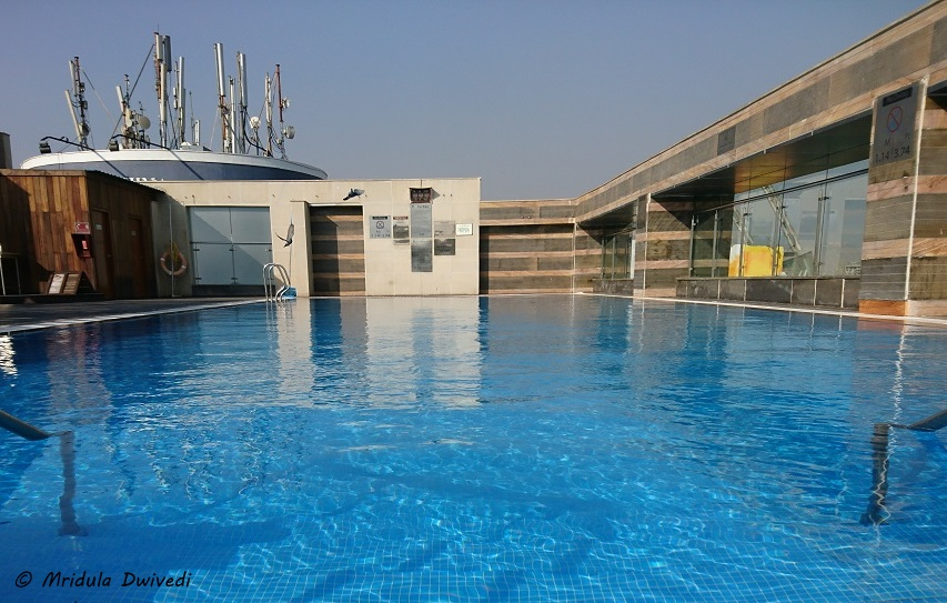 holiday-inn-jaipur-swimming-pool
