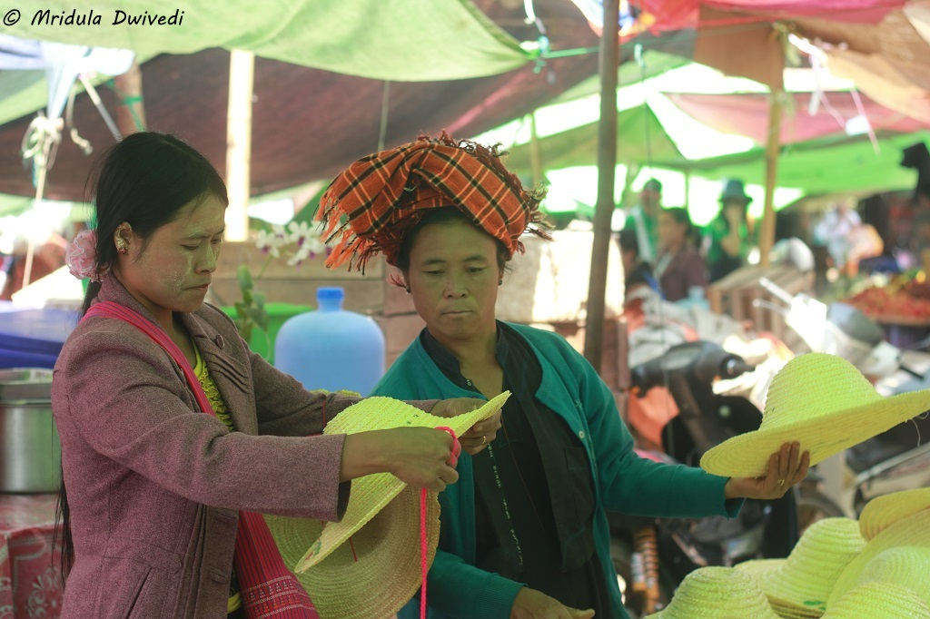 buying-hat-inle-lake